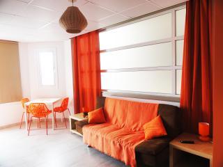 Rainbow - Orange Studio Apartment
