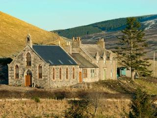 DEVERON VIEW, romantic hideaway, woodburner, superb scenery, Dufftown Ref 917053