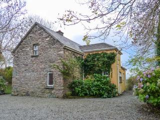 GORTAGOWN COTTAGE, detached, open fire, pet-friendly, on the Ring of Kerry, Snee