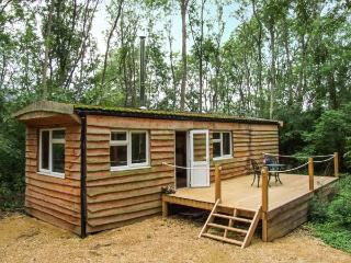 WANEY LODGE, woodburning stove, private deck, shared swimming pool, pet-friendly
