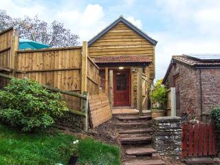 ORCHARD COTTAGE, detached, romantic, hot tub, WiFi, pet-friendly, Blakeney Ref 930735