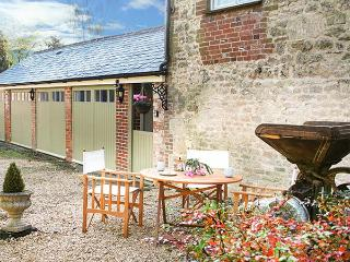 OLD CART SHED, single-storey wing, WIFi, pet-friendly, romantic retreat, in Lyneham, Royal Wootton Bassett, Ref 931101, Tockenham
