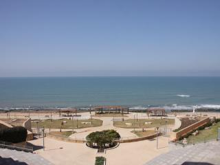 Beach pool&parking 4 rooms apt sea and sun bulding, Tel Aviv