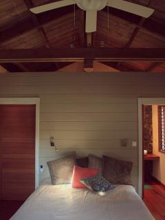 La chambre climatisée, de l'espace, la chaleur du bois alliée à une décoration soignée.