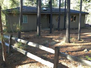 Cute & Cozy Cabin Near Village/SHARC, Sunriver