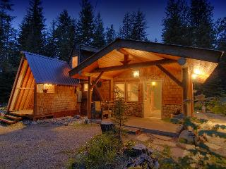 Moonlight Cabin & Bunkhouse quiet acre w/ hot tub, Leavenworth