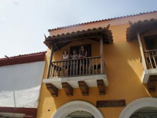 Old City Calle Moneda one bedroom w balcony -AC/hot H20/broadband WiFi/centro