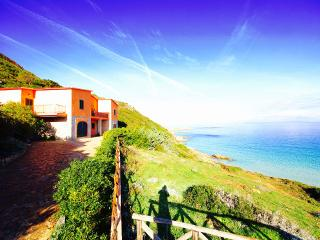 VILLA BIANCA 5BR-30 meters from beach by KlabHouse, Santa Teresa di Gallura