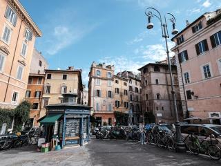 Flowered apartment on Via Giulia, Roma