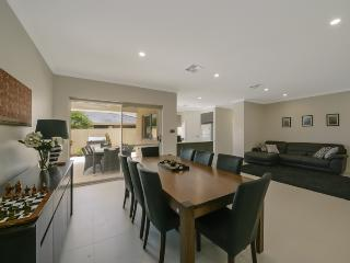 Villa Temasek - Stunning Family Home at its Finest, Perth