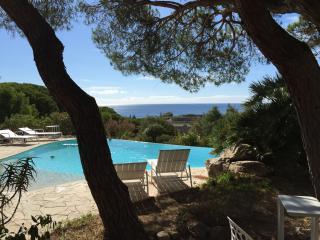 Villa vue mer panoramique avec piscine, plage, commerces et port a pieds
