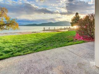 Lakefront views, pool, hot tub, tennis courts, ski nearby!, Sandpoint
