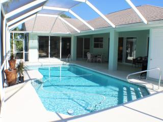 Very Large Waterfront Pool Home 3 King Bedrooms, Cape Coral