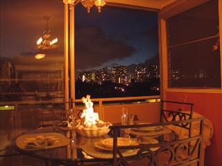 Available April 7th, Luxury nr Beach Free WIFI Pkg, Honolulu