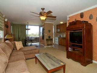 Cancellation special! Luxury near Beach w/ full Kitchen, W/D, Pool, WiFi & Pkg