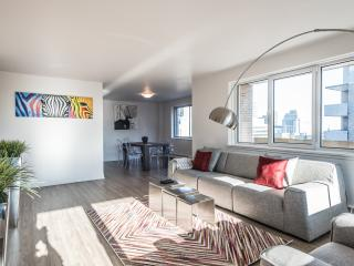 2 BEDROOM W/ PARKING IN HEART OF DOWNTOWN, Montreal