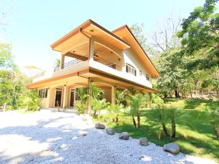 Modern Beach Home, Walk to Beach & Lounge Poolside