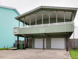 Cheery home 1 block from the beach w/a large deck!, Port Isabel