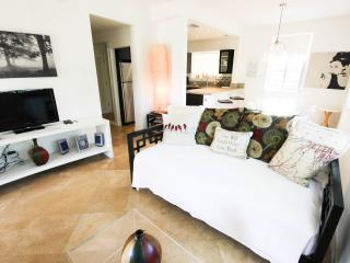Modern 3BR South Beach Apt PARKING & WIFI INCLUDED, Miami Beach