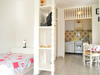 TH01202 Apartments Crvelin / A1 Studio, Tisno