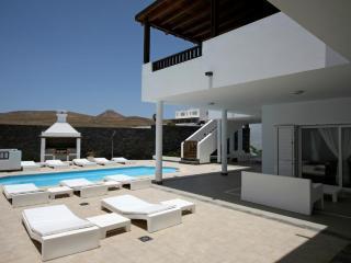 Elegante Villa de dos pisos cinco dormitorios, Puerto Calero