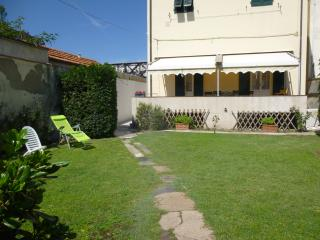 Liberty style house with garden,sea 100m, Marina di Pisa