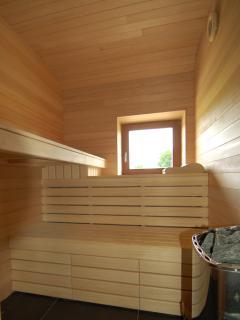sauna elk huis heeft een sauna, Loup op verdieping, Renard en Belette op gelijkvloers.