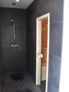 badkamer elk van de 2 badkamers in huis beschikt over een inloopdouche
