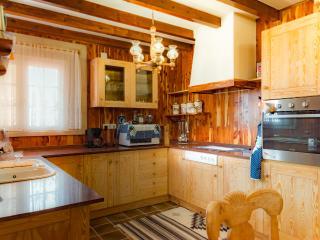 amplia cocina equipada al maximo con T.V.