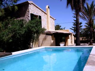 Casa de diseno entre vinedos con piscina