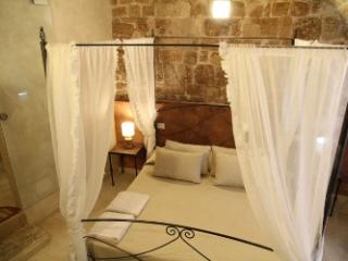 independent rooms located in the historic center, Bari