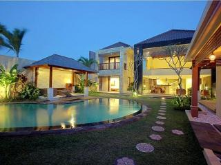 Villa A luxury  5 BR villa 10 minutes to 66 Beach, Kuta