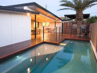 1min walk beach, AC, wifi, Pets, Foxtel, heated pool, SLSC ~ Marcoola House