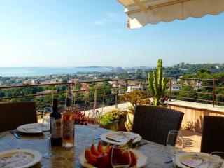 Lovely Home on Church Square with Super Sea Views, Cagnes-sur-Mer