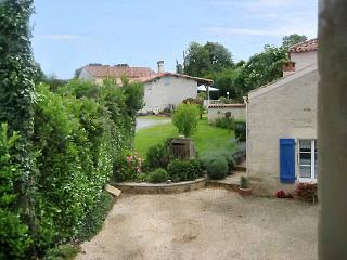 Traditional farmhouse 'gite' w/WiFi, La Caillere-Saint-Hilaire