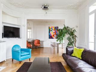 Beautiful apartment near the Eiffel Tower