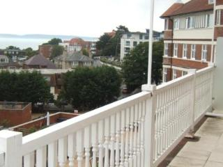 BOURNECOAST: CLOSE TO SANDY BEACHES AND PIER - BALCONY WITH SEA VIEWS - FM519