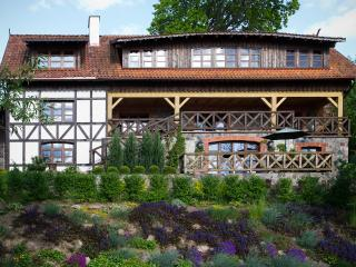 VILLA SZARA SOWA /garden apartment for 2 , self catering, lake front location., Elk
