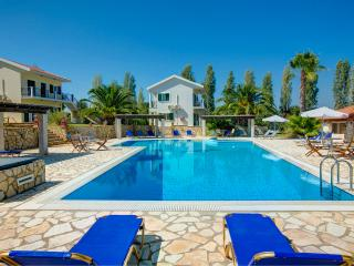 Spacious apartments with breakfast, pool, tennis court and sea views -2