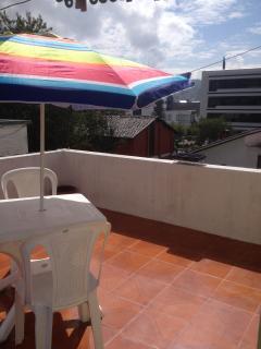 BBQ parrilla portátil para carnes o legumbres en la terraza. Cielo azul de Quito como en Grecia.