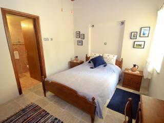 Fotos de la zona y los productos tradicionales que adornan esta acogedora habitación.