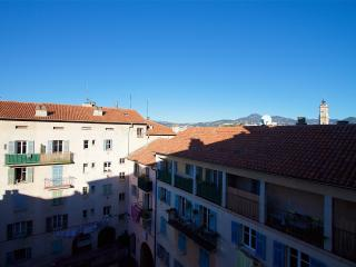Peacefull and spacious 2BR apt in the Old town
