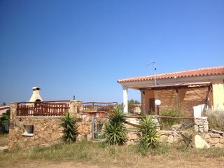 casa vacanze in villino con giardino e BBQ, San Teodoro