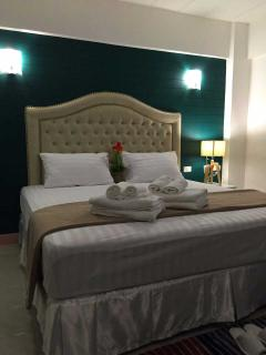 Queen size bed and we have twin beds (Please contact before make reservations)