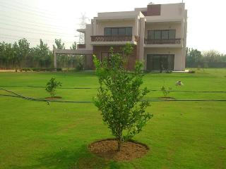 The Golf Retreat: Peaceful 4 Bedroom Farmhouse, Gurgaon