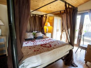 Romantic 1 bedroom lodge with Hot Tub - Wild Oats, Sutton on Derwent