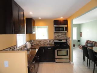 Newly Renevoted 2BR House- 2 blocks from Beach