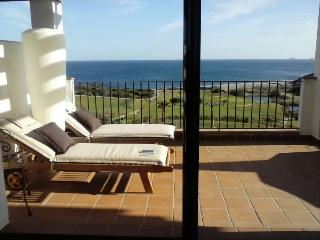 LUJOSO APARTAMENTO, 1a LINEA DE GOLF LINKS Y MAR,