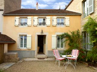 Restored 17th c Cottage, 1 bdrm/1 bath, courtyard, short walk to all services.