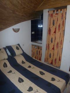 chambre 1 étage: lit 2 personnes, placard, climatisation, lavabo